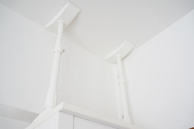 食器棚やタンスといった背の高い家具への地震対策