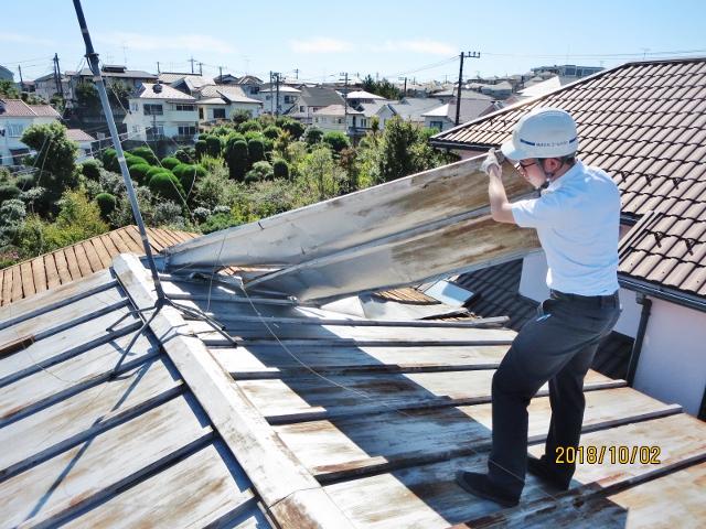 建物台風被害2 トタン屋根剥がれ