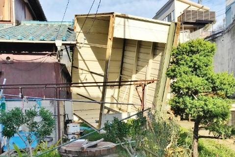 建物台風被害1 物置横転