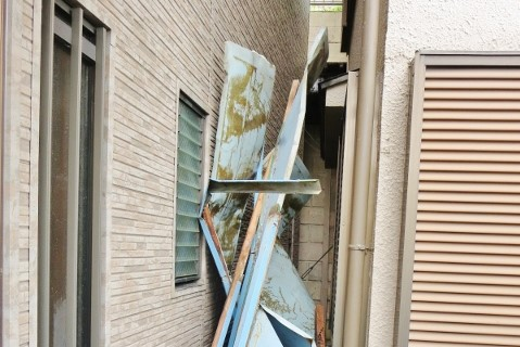 台風建物被害3 隣家に二次被害