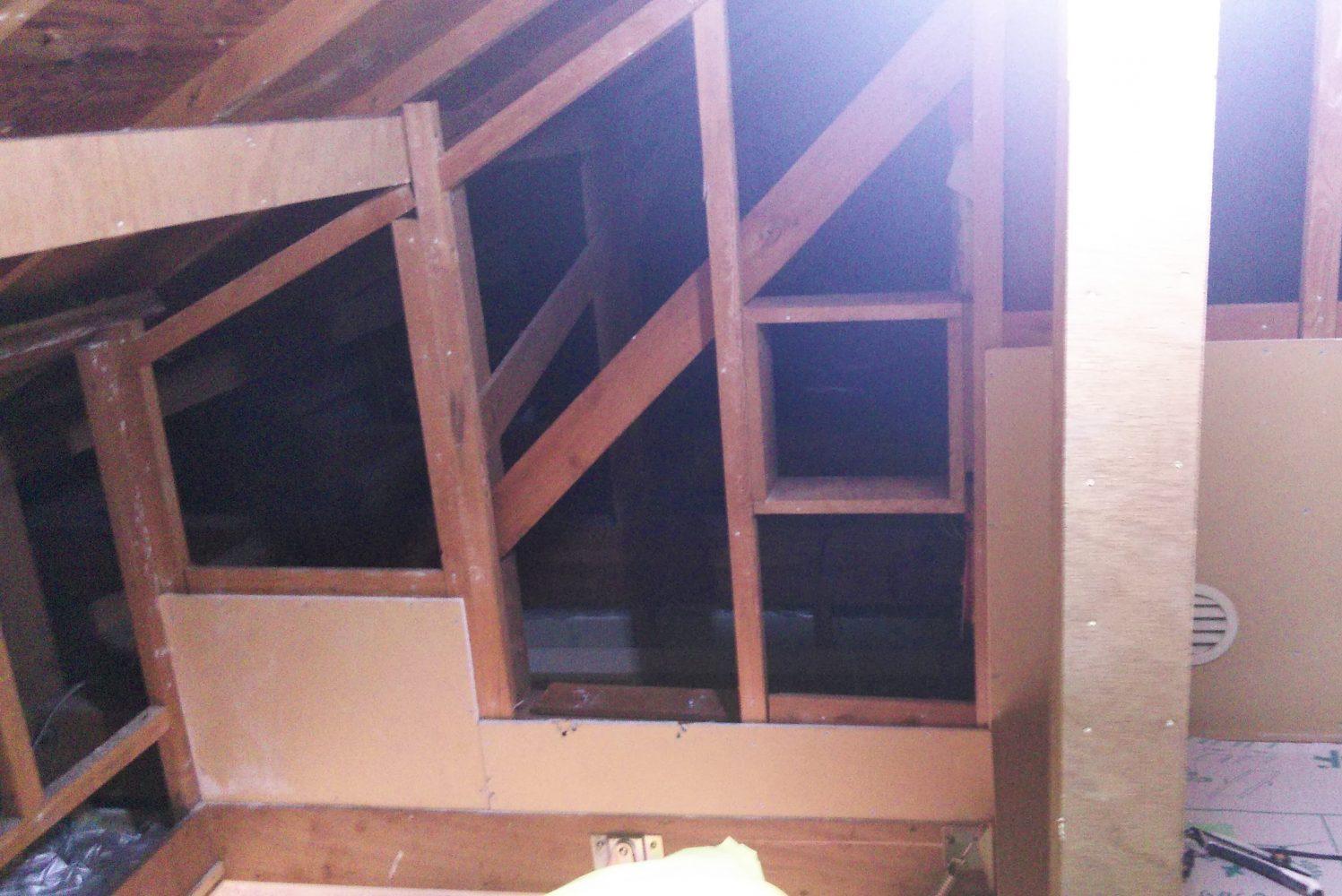 一部小屋裏部屋の壁を解体