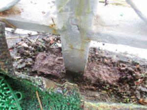 柱の根元が錆てボロボロ