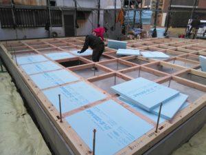 土台敷きが終わり床断熱施工
