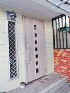 玄関ドアの交換。デザイン性も高くオシャレです